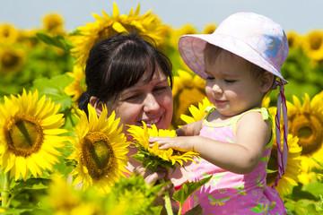 Мама и дочь в цветах подсолнуха. Знакомство