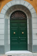 Portone verde di ingresso palazzo