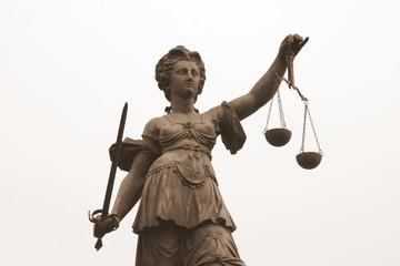 Justizia mit Waage
