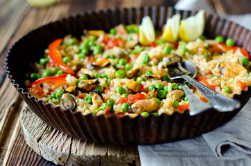 Paella with mussels and green peas