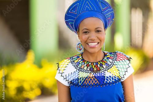 obraz PCV Afrykańska kobieta stoi na zewnątrz