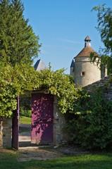 Porte ouverte sur les jardins du chateau