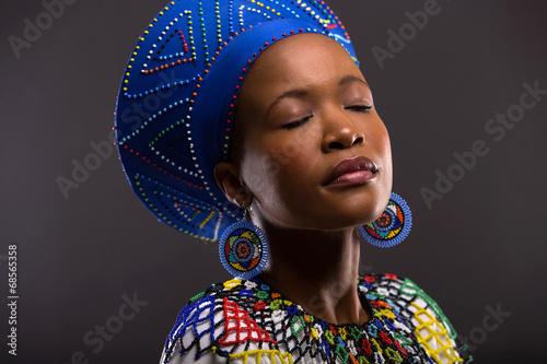 obraz PCV czarna kobieta w tradycyjne stroje z zamkniętymi oczami