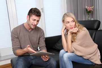 Mann und Frau zuhause