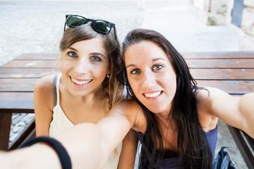 Selfie Due giovani ragazze si scattano una foto