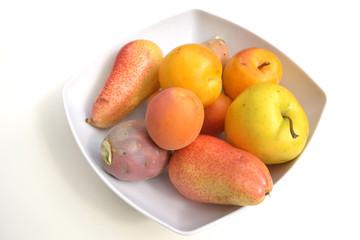 Obst in weißer Schale