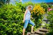 Frau auf der Gartentreppe