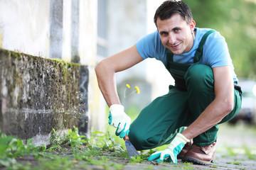 Gärtner bei Unkrautjäten