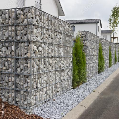 Staande foto Wand Neu gesetzte Gabionen im Garten