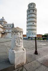 Pilastro in marmo, reggi catena