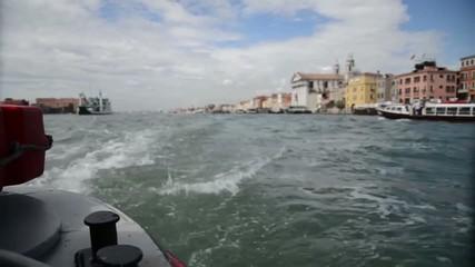 barca a motore sul canal grande di venezia