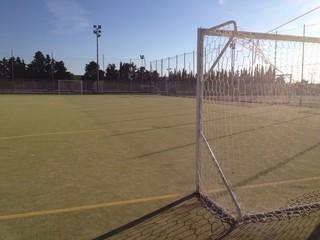 un campo da calcio vuoto nel mezzo della campagna