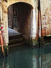 Venezia, sottoportico sul canale