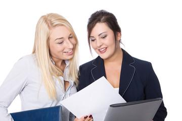 Schulabschluss: junge Frauen erhalten ihr Abschlusszeugnis