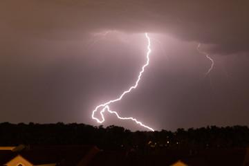Blitz schlägt in Stadt ein