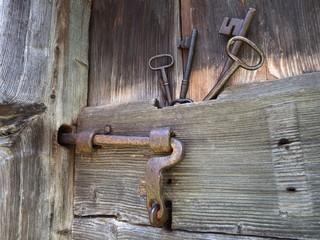 La vecchia serratura e le chiavi