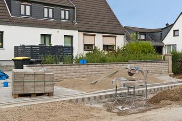 Wegebau - Neue Platten aus Beton werden zugeschnitten