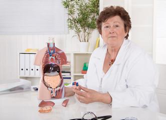 Darmkrebs: Weiblicher Arzt erklärt die inneren Organe