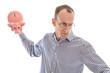 Mann isoliert zertrümmert wütend sein Sparschwein: Konzept Geld