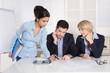 Besprechung im Team: Kaufleute sitzen an einem Tisch