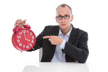 Konzept Überstunden: Mann hält Uhr mit der Uhrzeit vier