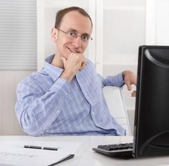 Portrait: Zufriedener Mann mit Brille im Büro