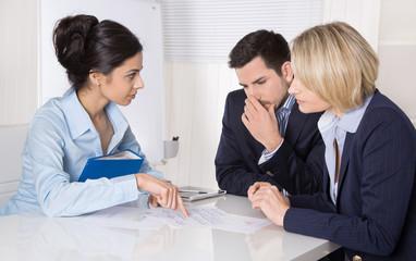 Business Meeting: Geschäftleute suchen eine Lösung