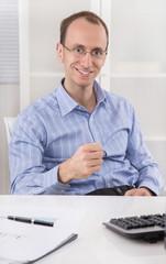 Erfolgreicher Geschäftsmann in Blau mit Brille; Ziel erreicht