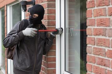 Einbrecher mit Maske