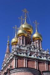 Золотые купола храма в Кадашах.