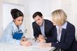 Leinwandbild Motiv Besprechung des Jahresabschlusses: Business Team am Tisch