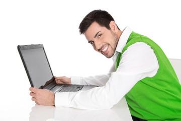 Beruf Informatiker: Mann isoliert in Grün mit Laptop