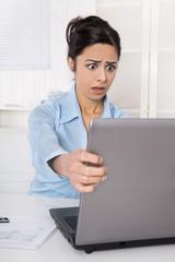 Deprimierte Frau mit Computer: Datenklau oder Datensicherung