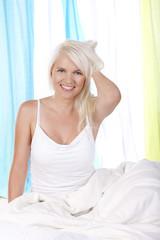 Hübsche Frau im Bett