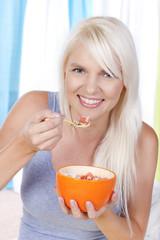 Hübsche Frau isst Müsli