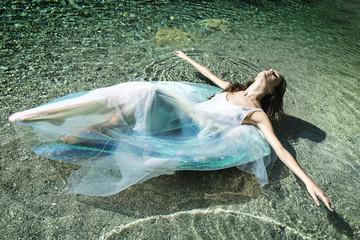 donna vestita nell'acqua
