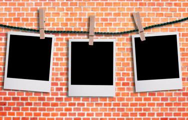 Fotos an einer Wäscheleine vor einer Mauer