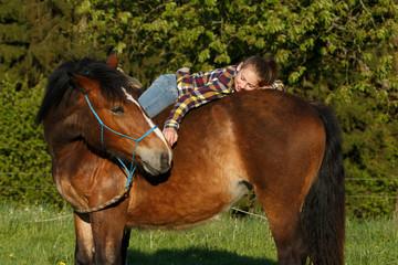 Jugendliche vertraut dem Pferd