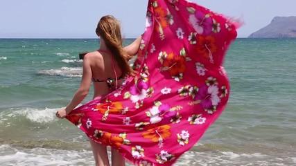 Schöne Frau auf dem Strand in Kreta