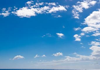 grand ciel, beau temps sous le soleil des tropiques