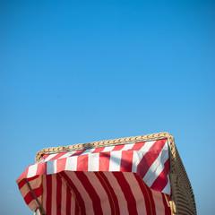 strandkorb ubter blauem Himmel