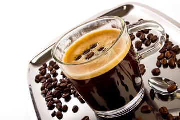 Kaffeetasse auf Silbertablett