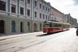 Stary tramwaj jedzie brukowaną ulicą - 68608912