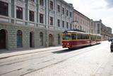 Stary tramwaj jedzie brukowaną ulicą