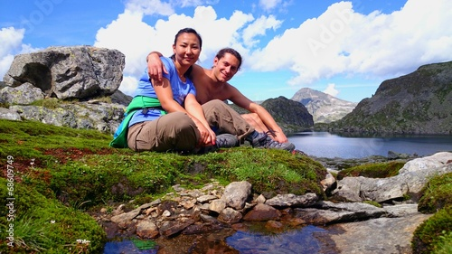 canvas print picture Couple take a break during a trekking tour