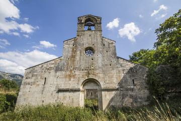 Facciata di una piccola chiesa abruzzese