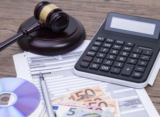 Richterhammer mit Steuerantrag