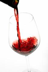 vino rosso liquido in bicchiere sfondo bianco
