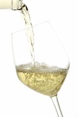 vino bianco versato in bicchiere