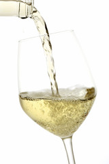 vino bianco servito in bicchiere